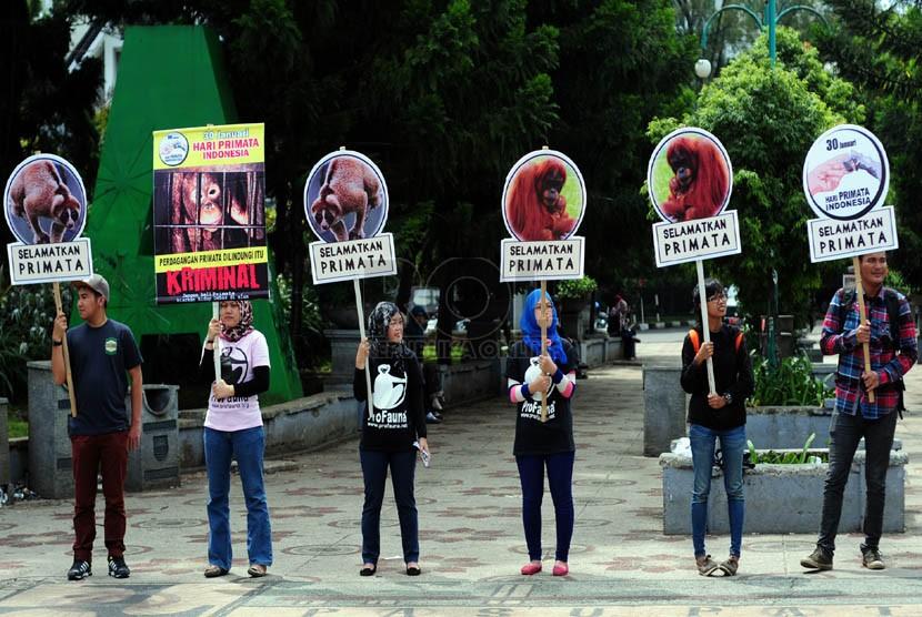 Sejumlah aktivis lingkungan yang tergabung dalam Pro Fauna peringati Hari Primata dengan melakukan aksi di taman Cikapayang, Bandung, Jumat(30/1).  (Septianjar Muharam)