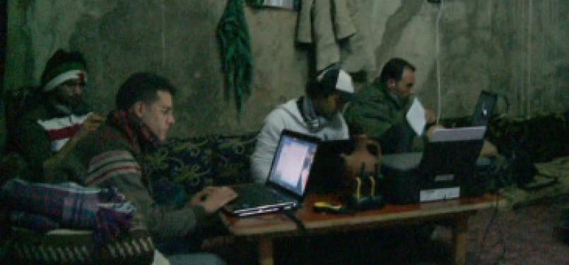 Sejumlah aktivis oposisi Suriah dalam persembunyian dengan amunisi laptop dan gadget untuk menyebar informasi ke penjuru dunia