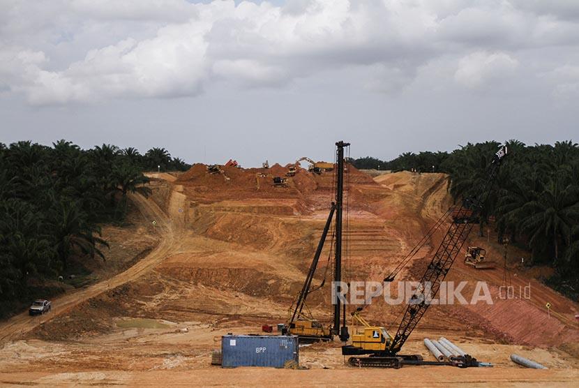 Sejumlah alat berat dioperasikan saat pengerjaan proyek pembangunan jalan tol Pekanbaru-Dumai, Riau (ilustrasi)