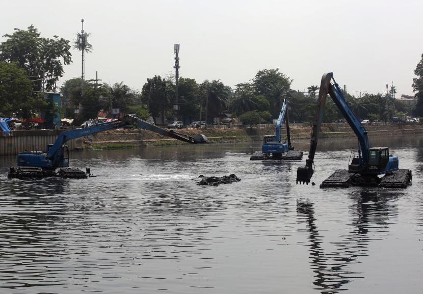 Sejumlah alat berat melakukan pengerekun sampah dan sedimen lumpur di Kali Mukevart Daan Mogot, Jakarta Barat, Rabu (6/9/2021). Pengerukan yang dilakukan pemerintah Pemrov DKI Jakarta bertujuan untuk pencegahan dan penanggulangan banjir untuk wilayah Jakarta dan Tangerang saat musim hujan tiba.