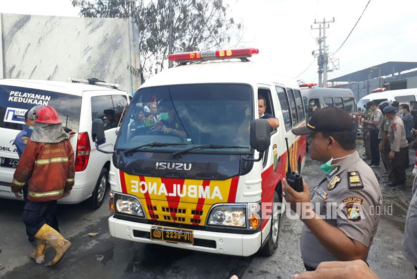Sebanyak 8 Ambulans diberangkatkan dari lokasi kebakaran Pabrik Kembang Api, Kosambi, Kabupaten Tangerang, Kamis (26/10).
