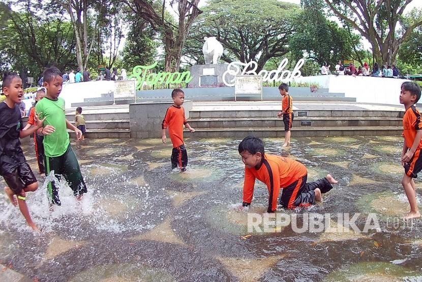 Sejumlah anak-anak bermain di Taman Badak Putih, Kota Bandung, Sabtu (15/1).