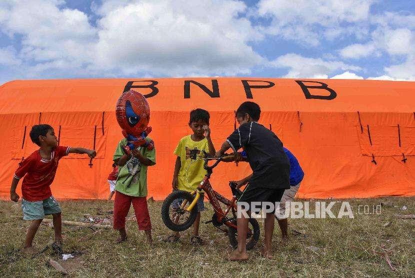 Sejumlah anak-anak korban gempa bumi bermain dekat tenda Posko Pengungsian Desa Sajang, Sembalun, Selong, Lombok Timur, NTB.