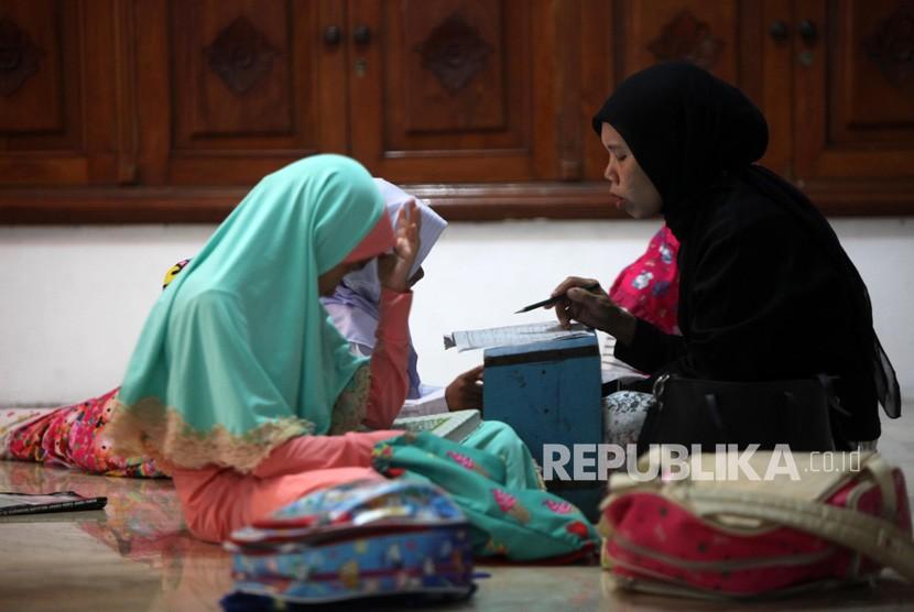 Sejumlah anak-anak mengaji Iqra di Masjid Perahu atau Agung Al-Munada Baiturrahman, Jakarta, Rabu (14/11).