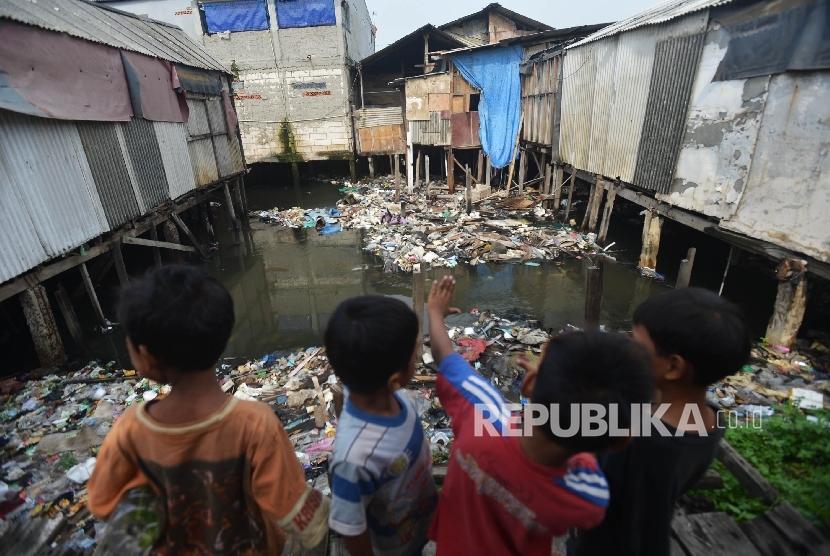Hari Anak Nasional 2021 menjadi momentum menanamkan nilai-nilai antikorupsi kepada anak sejak dini. Foto: Sejumlah anak bermain di kawasan pemukiman kumuh Muara Baru, Jakarta Utara (ilustrasi).