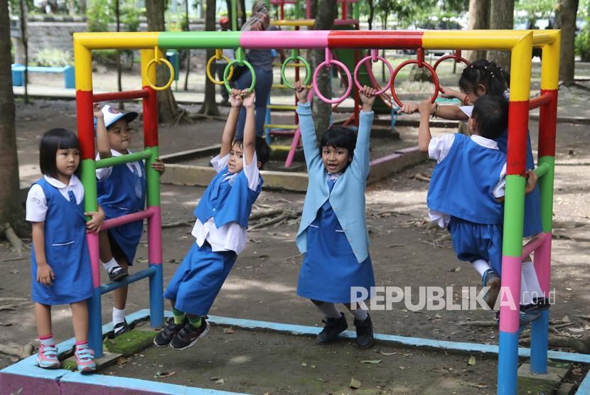 Anak-anak perlu banyak melakukan aktivitas fisik daripada duduk berlama-lama menatap gawai. Ilustrasi.