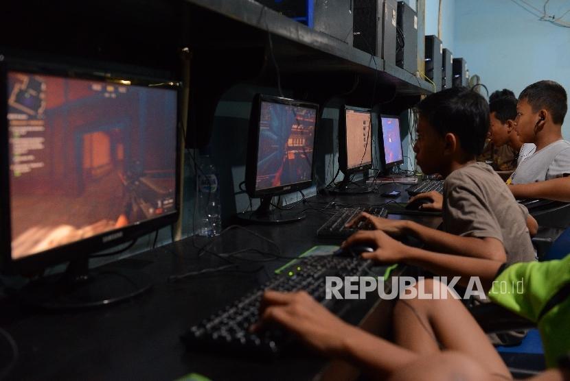 Sejumlah anak bermain game online jenis Point Blank di sebuah warung internet Kawasan tebet, Jakarta Selatan, Ahad (24/4). (Republika/Raisan Al Farisi)