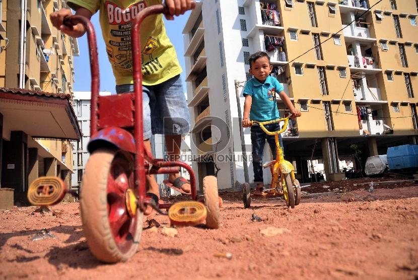 Sejumlah anak bermain sepeda di lahan terbuka Rumah Susun (Rusun) Muara Baru, Penjaringan, Jakarta Utara, Kamis (21/5).
