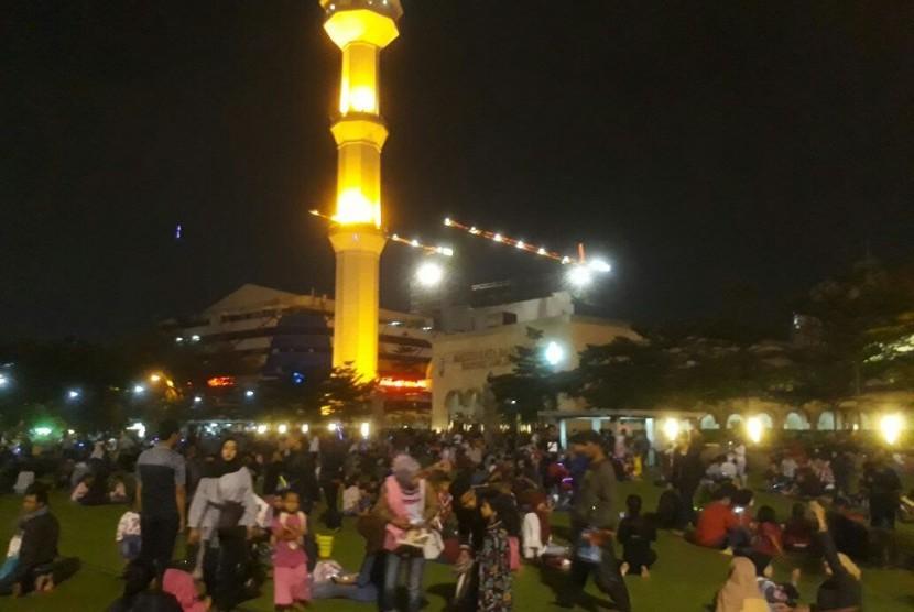 Sejumlah anak dan orangtua bermain di taman mesjid Agung Jawa Barat, Kamis (14/6). Mereka menghabiskan malam lebaran 1439 Hijriah di tempat tersebut.