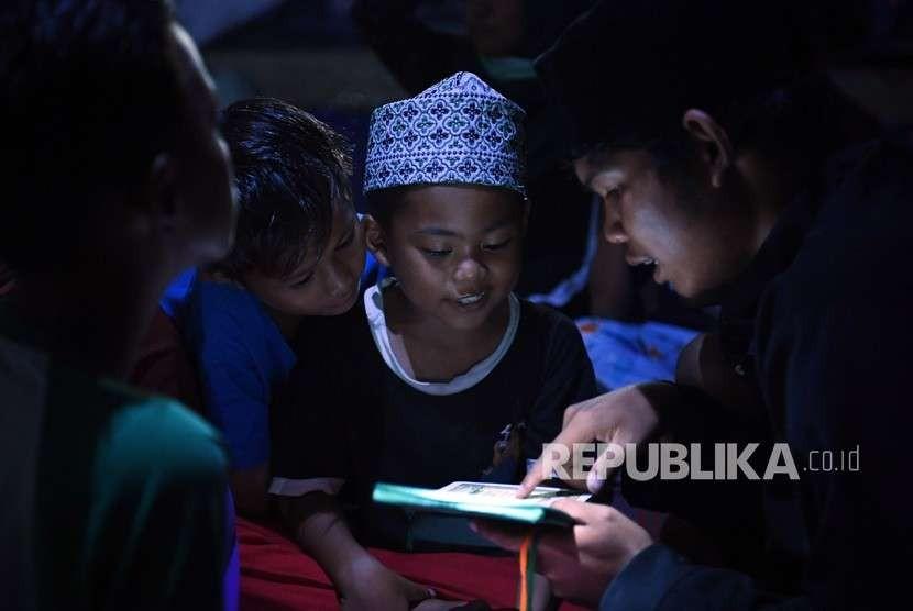 Sejumlah anak korban gempa dan tsunami Palu belajar mengaji di lokasi Pengungsian Vatulemo, Palu, Sulawesi Tengah, Rabu (10/10).