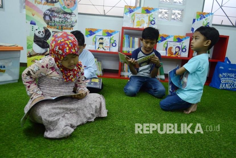 Sejumlah anak membaca buku-buku Islami untuk anak di Perpustakaan Masjid Pusdai, Kota Bandung, Selasa (4/12).