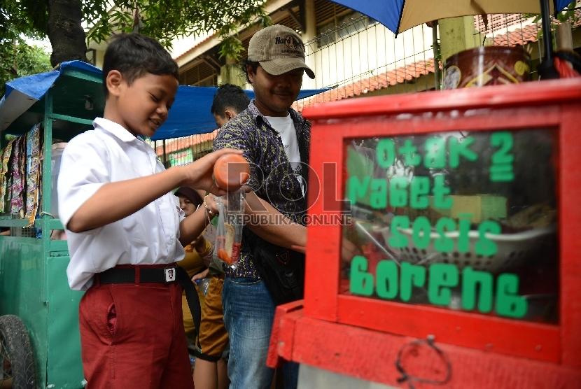 Sejumlah anak membeli jajanan di salah satu Sekolah Dasar. (Ilustrasi)