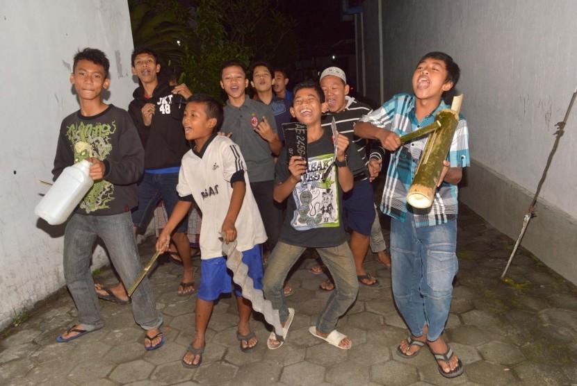 Sejumlah anak memukul alat bunyi-bunyian seadanya saat melakukan 'thek-thur' (gugah sahur) di Madiun, Jawa Timur. 'Thek-thur' adalah tradisi membangunkan umat Islam dengan menggunakan alat musik tradisional dan melantunkan lagu atau pujian-pujian untuk makan sahur selama Ramadan. (Ilustrasi)
