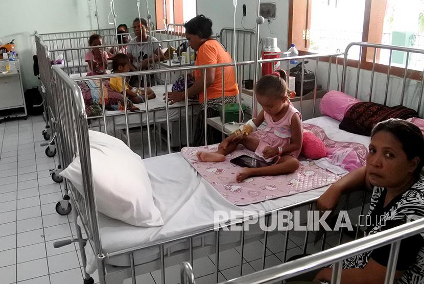 Sejumlah anak mendapat perawatan medis akibat terserang demam berdarah dengue (DBD) di RSUD TC Hillers, Maumere, Kabupaten Sikka, NTT, Rabu (11/3/2020).(Antara/Kornelis Kaha)