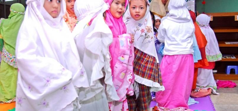 Sejumlah anak mengikuti belajar shalat tarawih bersama yang diadakan oleh Kelompok Bermain dan Raudhatul Athfal Istiqlal (KB-RA Istiqlal) di Masjid Istiqlal, Jakarta, Kamis (4/8). Di Bulan Ramadhan ini KB-RA Istiqlal memberikan Pendidikan Anak Usia Dini (P
