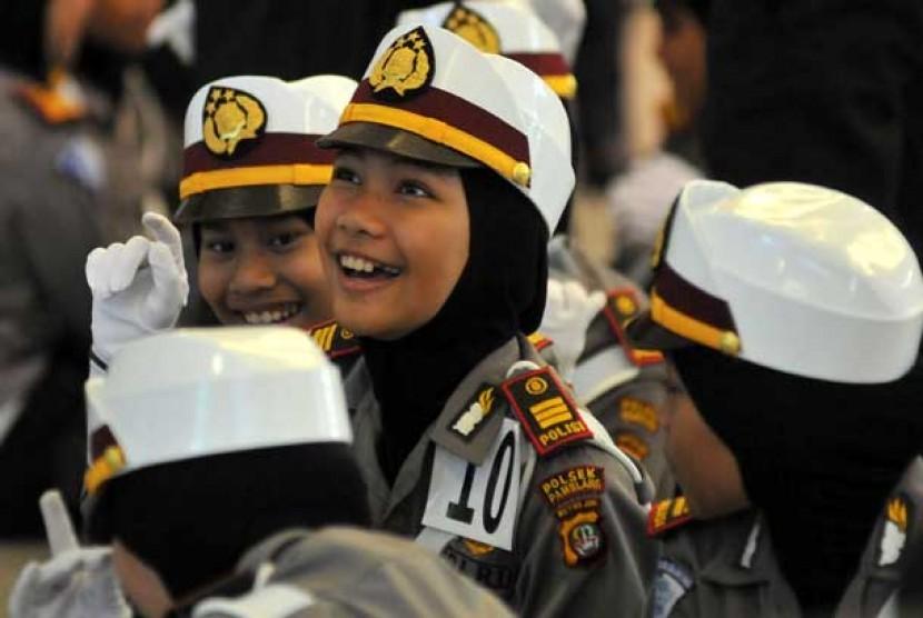 Sejumlah anak berjilbab mengenakan seragam Polwan mengikuti kegiatan Lomba Polisi Cilik  dalam rangka Hari Bhayangkara ke-67 di Blok M Square, Jakarta Selatan, Sabtu (8/6).