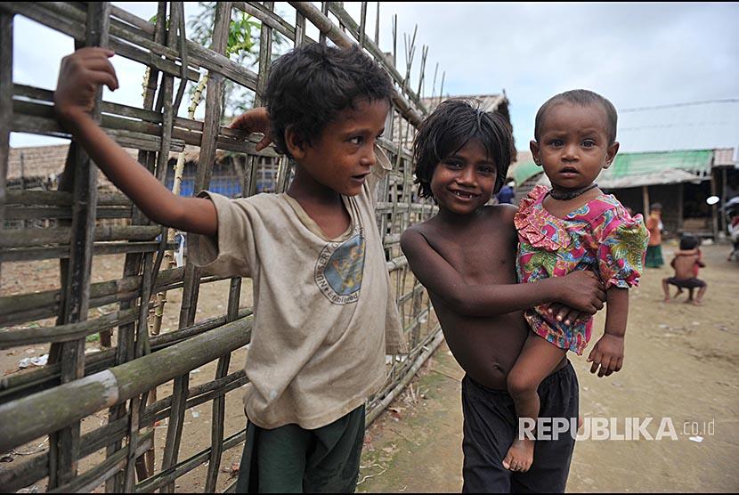 Sejumlah anak Rohingya bermain di Kamp Pengungsi Rohingya di Propinsi Sittwe, Myanmar.