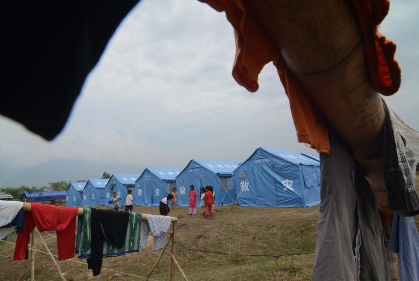 Sejumlah anak terdampak likuifaksi bermain di sekitar tenda Kamp Pengungsi Terpadu di Kelurahan Petobo, Palu, Sulawesi Tengah, Jumat (19/10/2018).