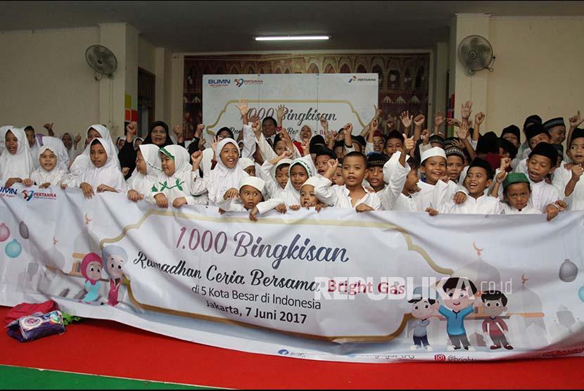 PT Pertamina dan DDSejumlah anak yatim berfoto bersama usai mendapatkan bantuan berupa tas dan perlengkapan sekolah (Ilustrasi)