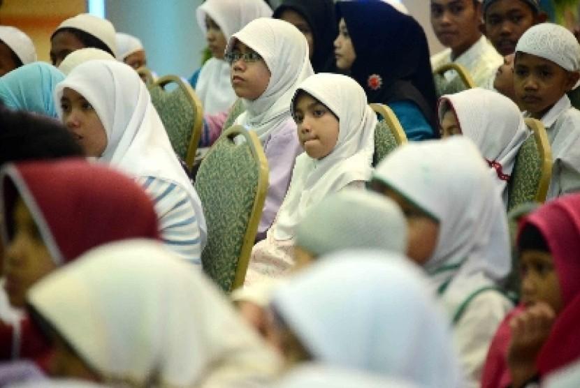 Sejumlah anak yatim piatu yang mendapatkan bantuan di bulan Ramadhan (ilustrasi).