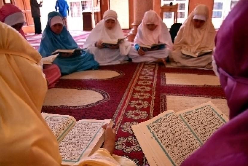 Sejumlah anak yatim tengah belajar mengaji di sebuah panti asuhan (ilustrasi).
