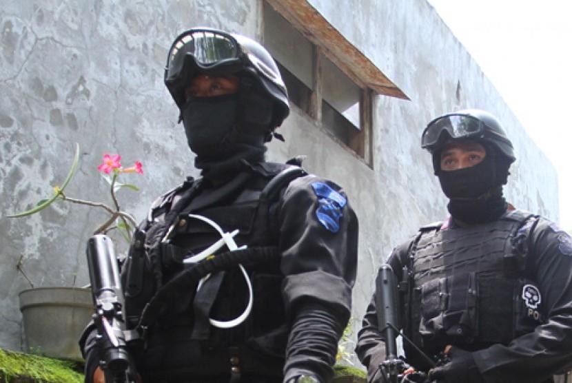 Sejumlah anggota Densus 88 menyisir lokasi penangkapan teroris di Weru, Sukoharjo, Selasa (25/1).