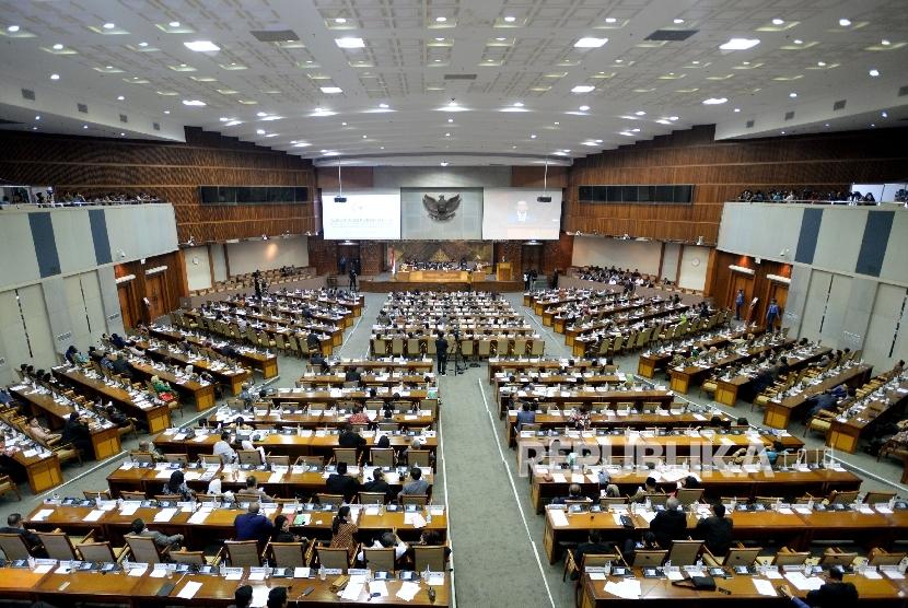 Sejumlah anggota dewan mengikuti sidang pada Rapat Paripurna pengesahan UU Ormas di Kompleks Parlemen, Senayan, Jakarta, Selasa (24/10).