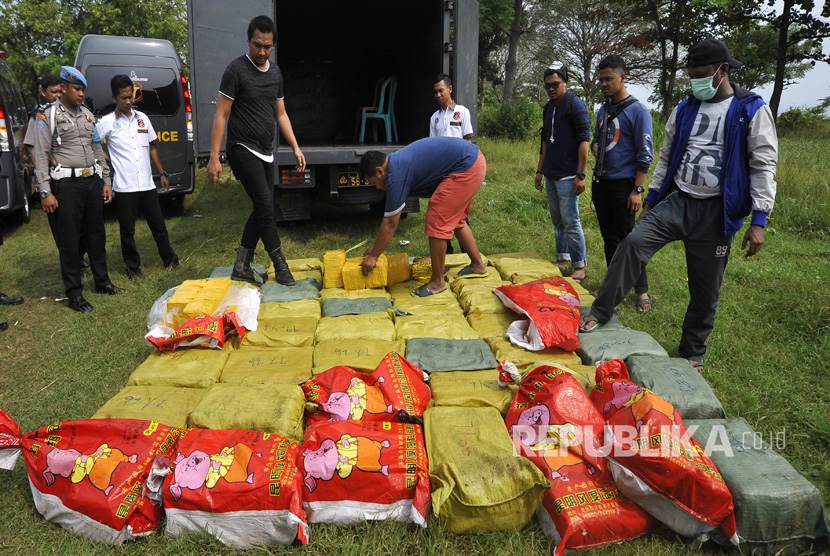 Police foiled attempt to smuggle one ton of crystal methamphetamine from Taiwan at the dock of ex Mandalika hotel, Anyer, Serang, Banten, Thursday (July 13).