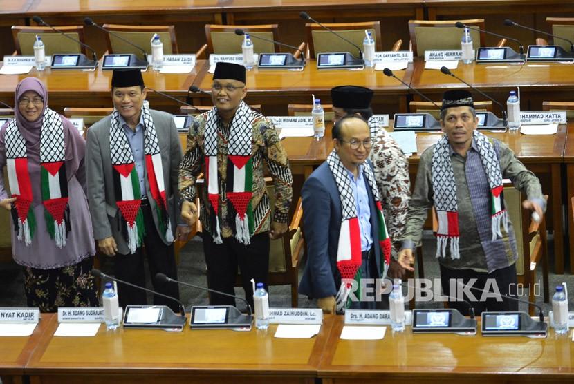 Sejumlah anggota DPR mengenakan syal bergambar negara Palestina pada Rapat Paripurna ke-14 di Kompleks Parlemen, Senayan, Jakarta, Senin (11/12).