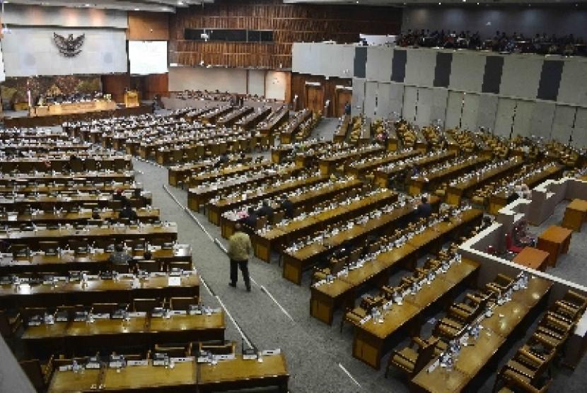 Sejumlah anggota DPR mengikuti Rapat Paripurna di Gedung Parlemen, Senayan, Jakarta.