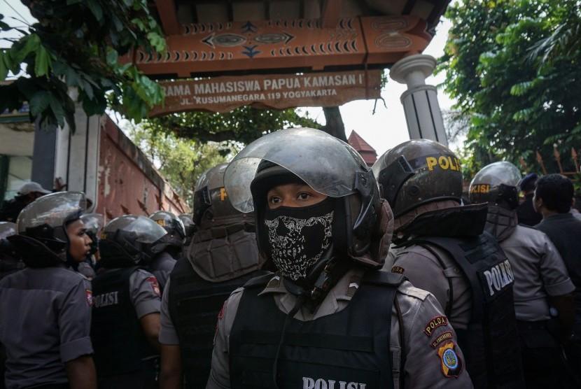 Sejumlah anggota kepolisian berjaga di depan Asrama Mahasiswa Papua di Yogyakarta, Jumat (15/7).
