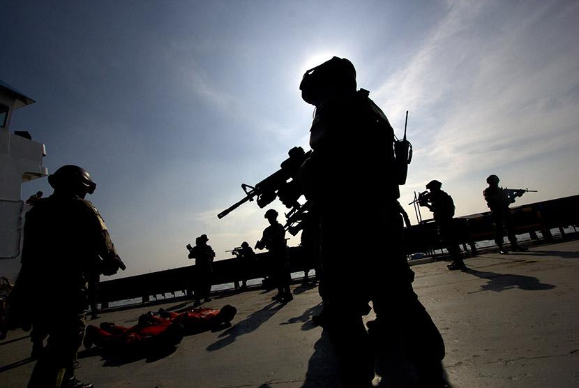 Sejumlah anggota Komando Pasukan Katak mengikuti simulasi pembebasan sandera pada sebuah kapal yang dibajak di Laut Jakarta, Senin (6/4).  (Antara/Vitalis Yogi Trisna)
