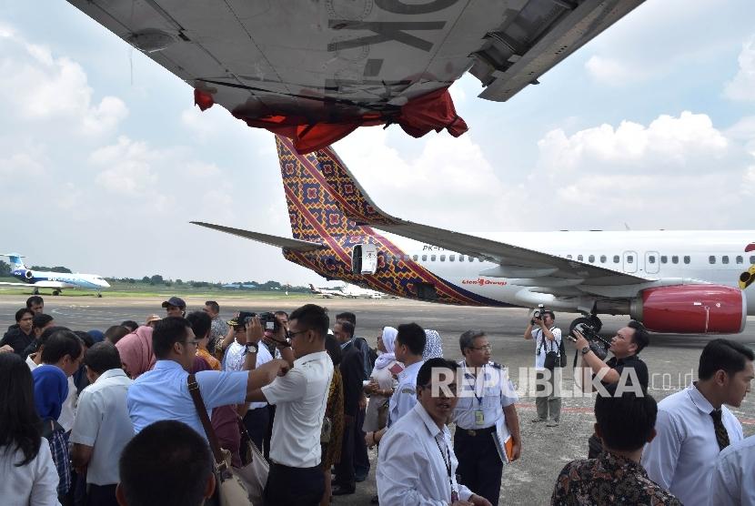 Sejumlah anggota Komisi V DPR RI melihat kondisi pesawat Batik Air yang mengalami tabrakan di Runway beberapa waktu lalu Bandara Halim Perdanakusuma, Jakarta, Kamis (7/4).(Republika/Rakhmawaty La'lang)