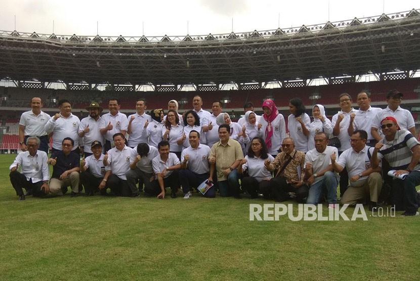 Sejumlah anggota Komisi X DPR RI berpose bersama Ketua INASGOC Erick Thohir saat mengunjungi Stadion Utama Gelora Bung Karno (GBK) Senayan, Jakarta, yang menjadi venue Asian Games 2018, Rabu (24/1).