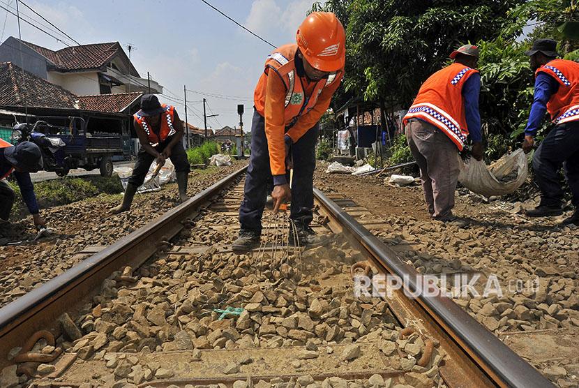 Sejumlah anggota P3J (Petugas Pemeriksa dan Pemelihara Jalur) PT Kereta Api Indonesia (KAI) Daop I melakukan pemadatan dan pengurukan jalur rel Jakarta-Merak di Kampung Cinanggung, Serang, Banten.