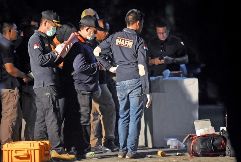 Sejumlah anggota Polisi melakukan identifikasi terhadap rumah terduga teroris pengeboman gereja di kawasan Wonorejo Asri, Rungkut, Surabaya, Jawa Timur, Ahad (13/5).