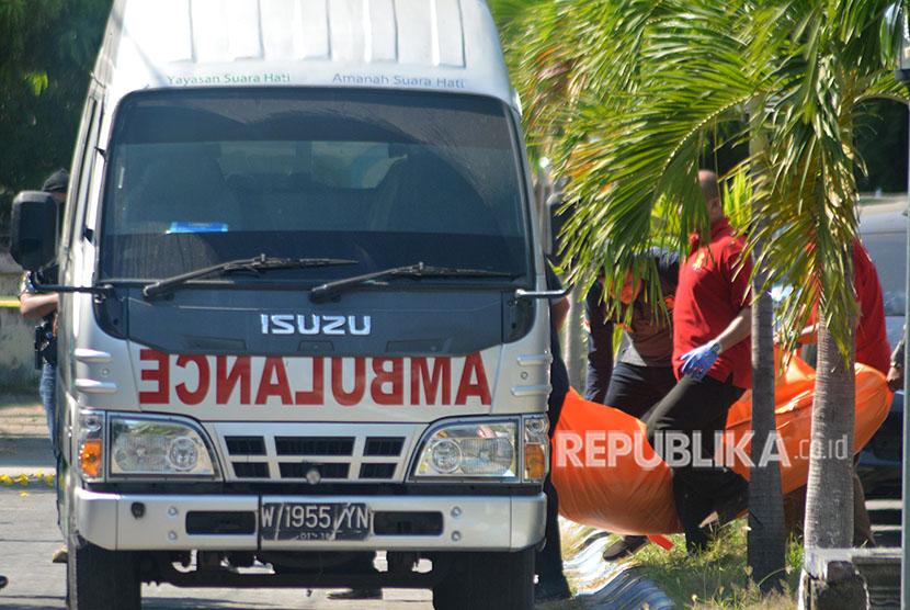 Sejumlah anggota Polisi membawa jenazah terduga teroris di rumah kawasan Perum Puri Maharani, Sukodono, Sidoarjo, Jawa Timur, Senin (14/5).