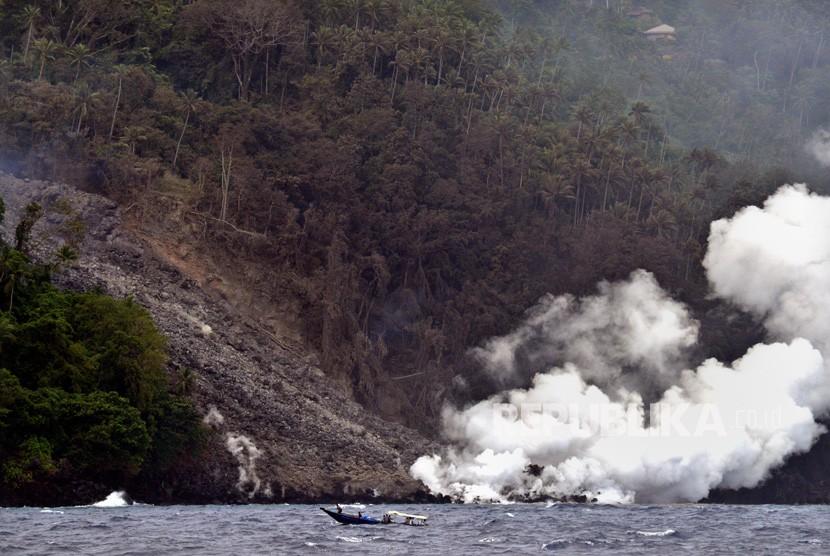 Lokasi guguran material vulkanik Gunung Karangetang di Pulau Siau, Kabupaten Kepulauan Sitaro, Sulawesi Utara, Kamis (7/2/2019).