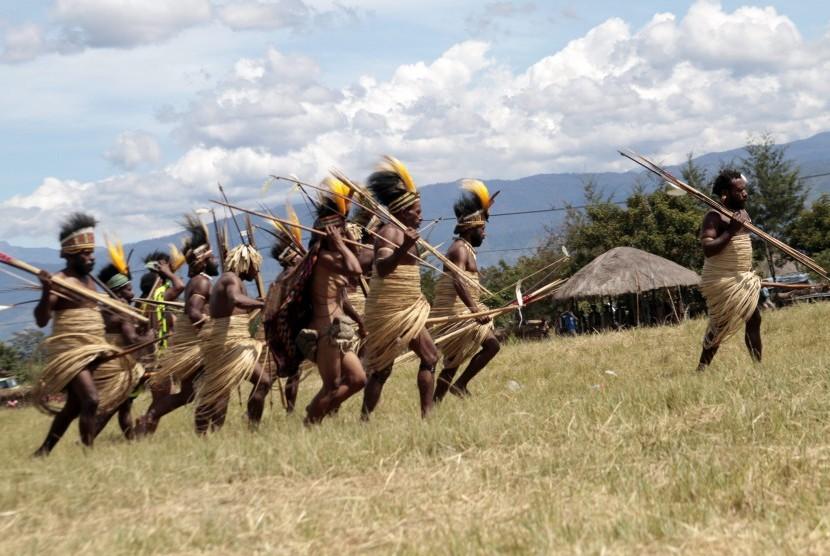 Sejumlah anggota suku di lembah Baliem memperagakan pertunjukkan Perang Antar Suku dalam festival budaya Lembah Baliem dalam rangka menyambut HUT Kemerdekaan RI ke-70 yang diselenggarakan di Kampung Wosiala, Desa Wosilimo, Distrik Kurulu, Jayawijaya, Papua, Kamis (6/8).