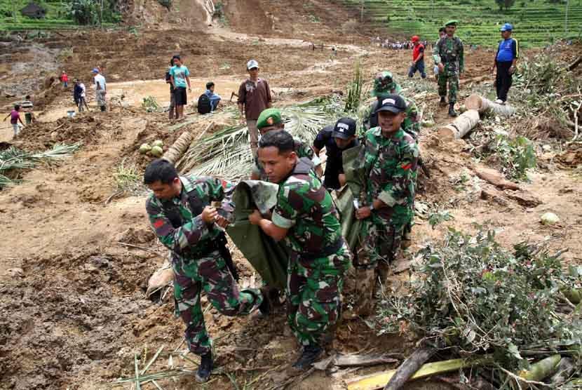 Sejumlah anggota TNI mengangkat jenazah korban longsor, di Daerah Kapuang Dadok, Nagari Sungai Batang Kecamatan Tanjung Raya, Kabupaten Agam, Sumbar, Ahad (27/1). (Antara/Arif Pribadi)