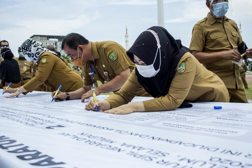 Sejumlah Aparatur Sipil Negara (ASN) menandatangani petisi sebagai ikrar netralitas ASN pada Pilkada serentak tahun 2020 (ilustrasi)