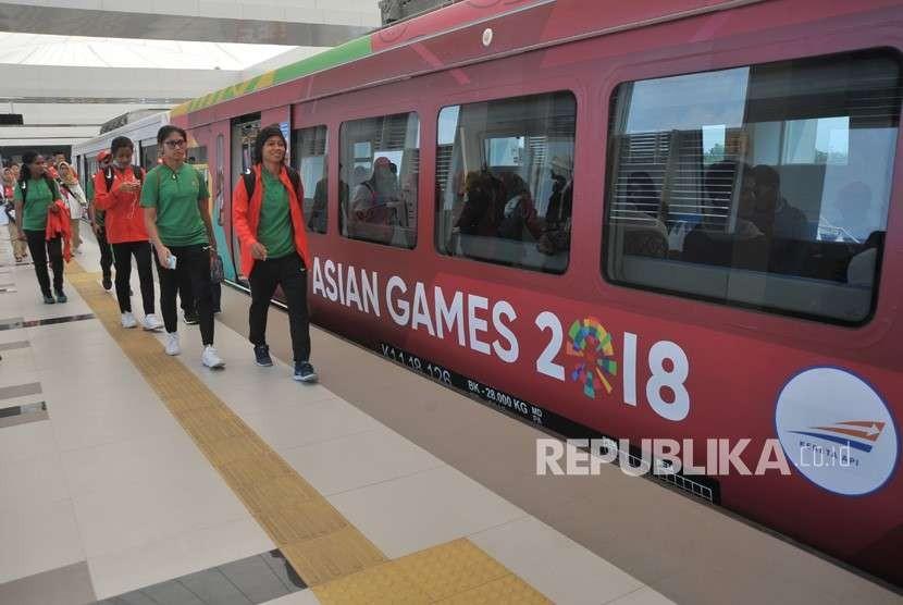 Sejumlah atlet dan official sepakbola putri Indonesia berjalan menuju gerbong kereta ringan atau Light Rail Transit (LRT) di stasiun LRT Bandara Sultan Mahmud Badaruddin (SMB) Palembang, Sumsel, Selasa (14/6).