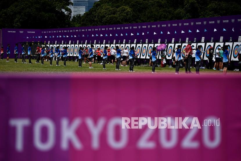 Sejumlah atlet panahan mengambil anak panah dalam kualifikasi perorangan putri Olimpiade Tokyo 2020 di Yumenoshima Park Archery Field, Tokyo, Jepang, Jumat (23/7/2021). Diananda menempati posisi ke-40 dengan total poin 631.