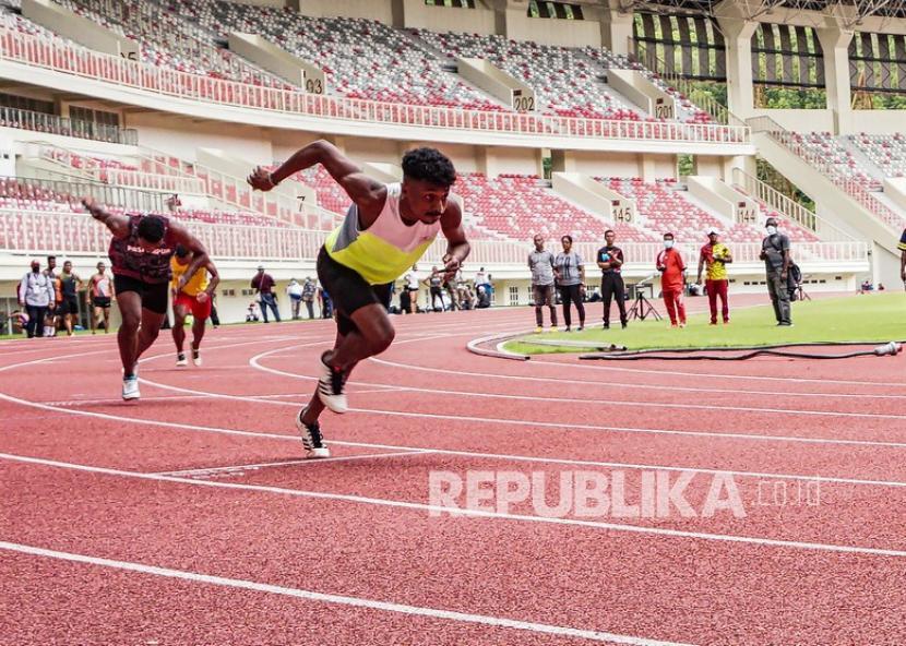 Sejumlah atlet uji coba lari 200 meter di lintasan lari Stadium Lukas Enembe, Sentani, Kabupaten Jayapura, Provinsi Papua, Selasa (9/1/21). Sekum Persatuan Atletik Seluruh Indonesia (PASI) Papua Markus Raubaba mengaku sebanyak 55 atlit akan di saring bulan April mendatang untuk penentuan target emas masing-masing dari tolak peluru, lari, dan lempar lembing dalam PON XX 2021 mendatang.