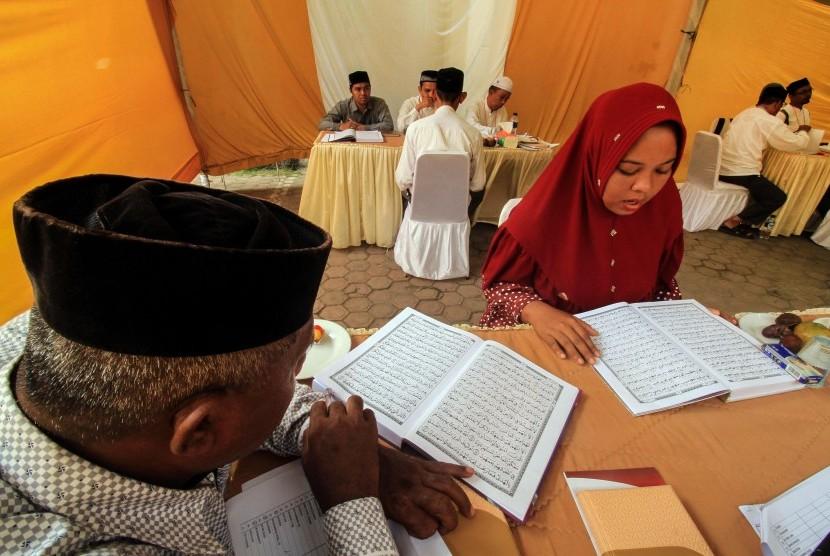 Sejumlah Bakal Calon Legislatif (bacaleg) mengikuti uji mampu baca Alquran oleh Komisi Independen Pemilihan (KIP) Aceh Utara, di Lhokseumawe, Aceh, Jumat (20/7).
