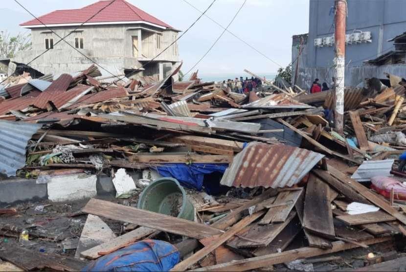 Sejumlah bangunan ambruk akibat gempa di Palu, Sulawesi Tengah , Sabtu (29/9).