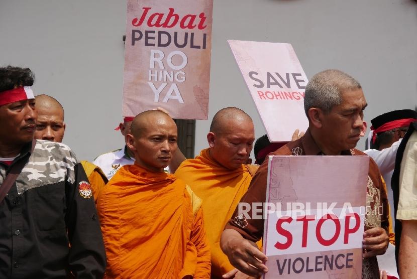 Sejumlah Biksu Buddha ikut serta dalam aksi masyarakat peduli Rohingya, di depan Gedung Sate, Kota Bandung, Jumat (8/9).