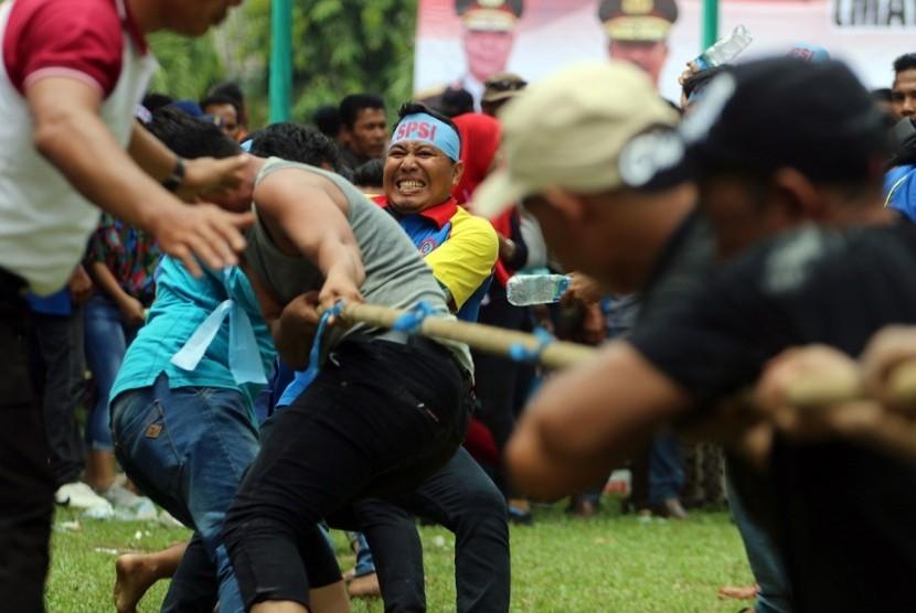 Sejumlah buruh dari berbagai elemen mengikuti lomba tarik tambang saat memperingati Hari Buruh Internasional, di Medan, Sumatera Utara, Selasa (1/5).