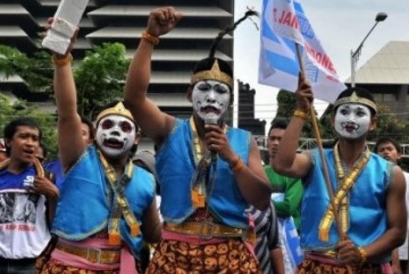 Sejumlah buruh dari Serikat Pekerja Nasional (SPN) mengenakan busana tokoh pewayangan saat memperingati Hari Buruh di Semarang. (Ilustrasi)
