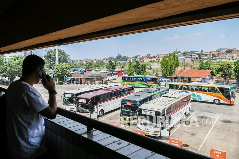 Sejumlah bus terparkir di Terminal Kampung Rambutan, Jakarta. Penumpang bus yang keluar dari Jabodetabek harus mengantongi SIKM.